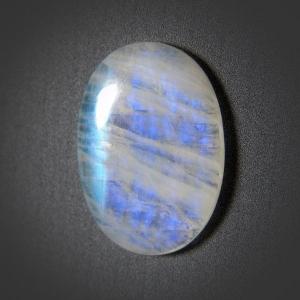 Кабошон из лунного камня 38х27