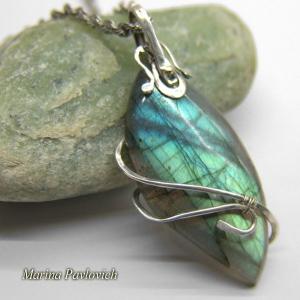 Серебряный  кулон  с  натуральным камнем   лабрадором произвольной формы