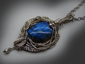 Кулон из серебра с камнями